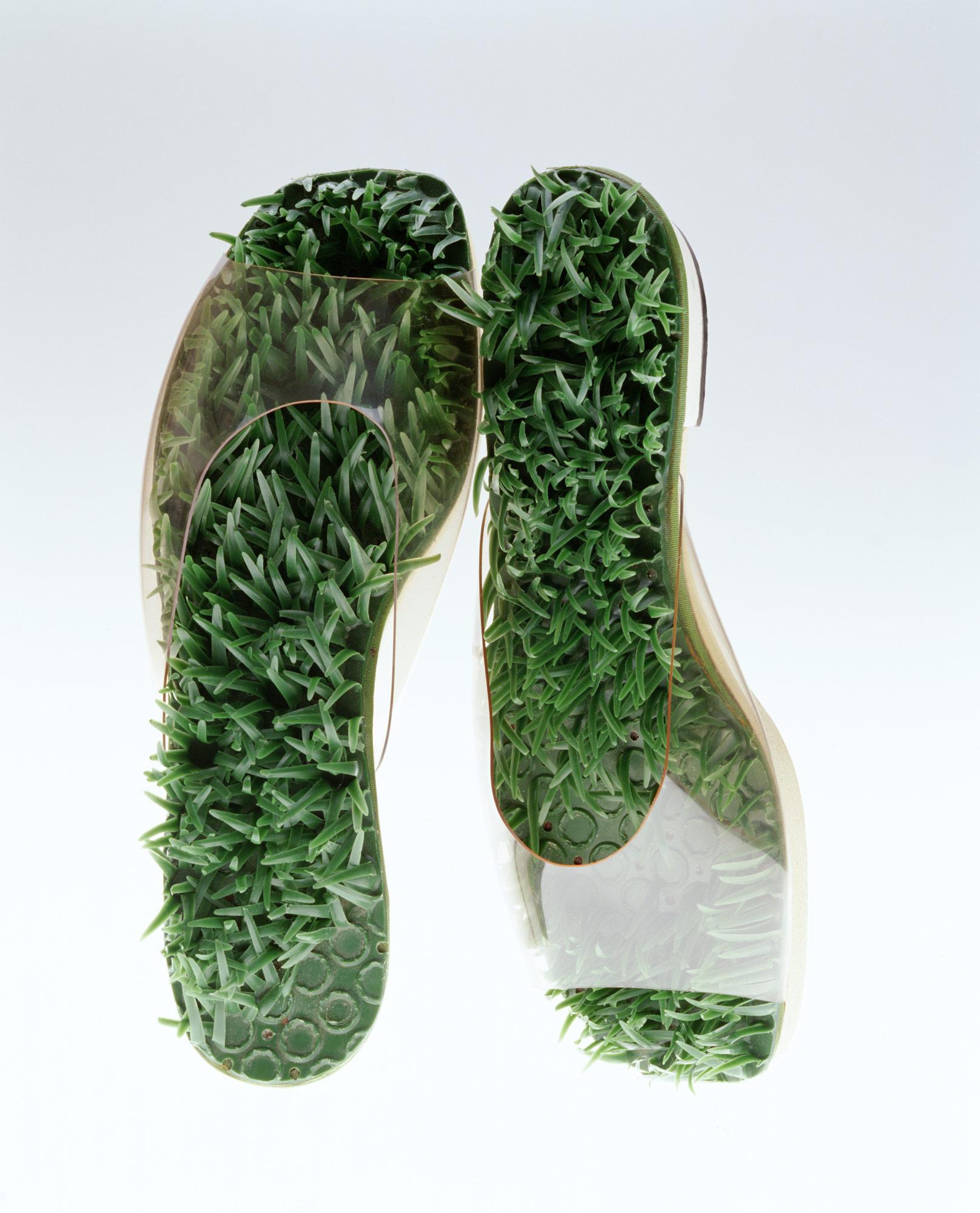 サンダル「草の中の裸足」