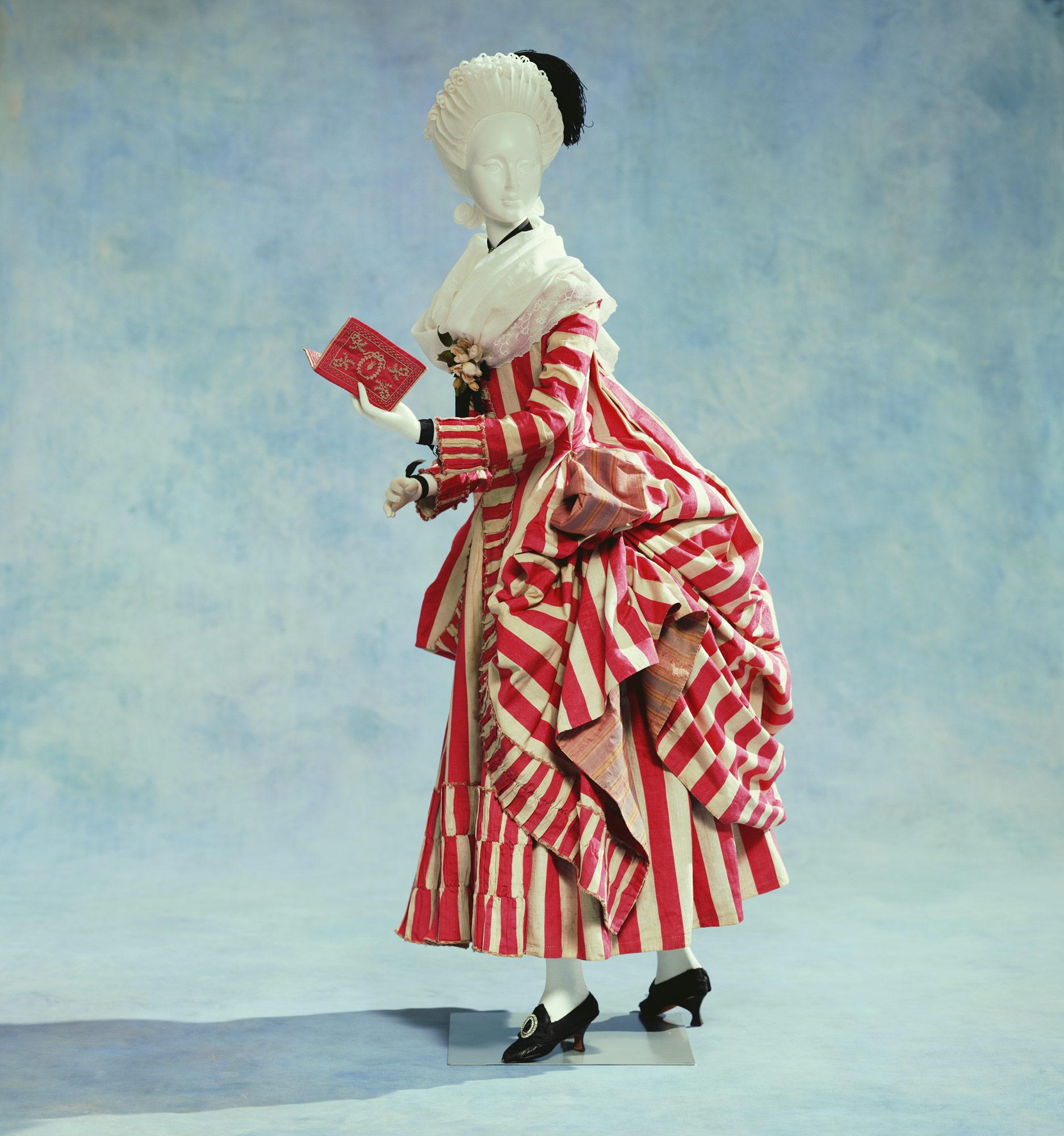 Dress (robe retroussée dans les poches)